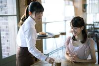 カフェで働く女性とお客
