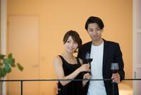 ワインを飲む男女 10736003223| 写真素材・ストックフォト・画像・イラスト素材|アマナイメージズ