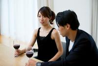 ワインを飲む男女
