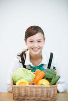 生鮮野菜を持つ野菜ソムリエ