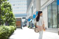 街を歩く爽やかな女性