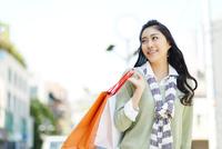 紙袋を持つ若い女性