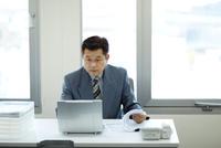 デスクワーク中のビジネスマン