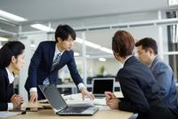 会議中のビジネスマン 10736004157| 写真素材・ストックフォト・画像・イラスト素材|アマナイメージズ