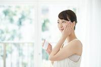 スキンケアする若い女性 10736004244| 写真素材・ストックフォト・画像・イラスト素材|アマナイメージズ