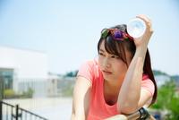 運動中に水分補給する若い女性