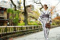紅葉の京都で着物を着た女性 10736004317| 写真素材・ストックフォト・画像・イラスト素材|アマナイメージズ