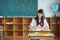 教室で勉強するセーラー服の生徒