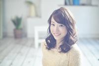 ふるゆわな髪型の女性 10736005355| 写真素材・ストックフォト・画像・イラスト素材|アマナイメージズ