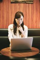 パソコンを使う女性 10736006054  写真素材・ストックフォト・画像・イラスト素材 アマナイメージズ
