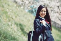 桜並木を歩く女子高生 10736006080| 写真素材・ストックフォト・画像・イラスト素材|アマナイメージズ