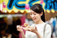 たこ焼きを食べる女性 10736006186| 写真素材・ストックフォト・画像・イラスト素材|アマナイメージズ
