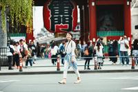浅草を歩く観光客 10736006198| 写真素材・ストックフォト・画像・イラスト素材|アマナイメージズ