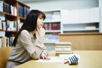 図書室で勉強する大学生