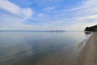 白ひげ浜と琵琶湖と沖島 10737000134| 写真素材・ストックフォト・画像・イラスト素材|アマナイメージズ