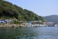 沖島港の船と町並み