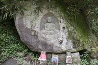 カラスの壷二尊 (阿弥陀・地蔵磨崖仏)
