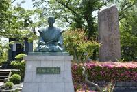 石田三成出生地碑と三成像