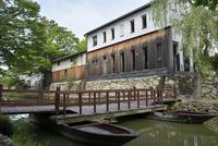 かわらミュージアムと八幡堀と和船 10737000274| 写真素材・ストックフォト・画像・イラスト素材|アマナイメージズ