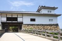 彦根城天秤櫓と廊下橋 10737000292| 写真素材・ストックフォト・画像・イラスト素材|アマナイメージズ