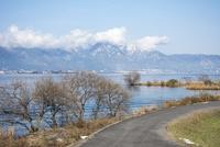琵琶湖畔の道と雪山 10737000338| 写真素材・ストックフォト・画像・イラスト素材|アマナイメージズ
