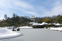雪の玄宮園と彦根城 10737000358| 写真素材・ストックフォト・画像・イラスト素材|アマナイメージズ