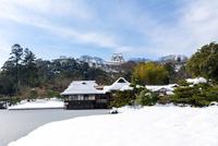 雪の玄宮園と彦根城 10737000360| 写真素材・ストックフォト・画像・イラスト素材|アマナイメージズ