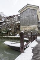 蔵と橋と和船(雪の八幡堀) 10737000361| 写真素材・ストックフォト・画像・イラスト素材|アマナイメージズ