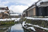 雪と田舟と民家(伊庭の水辺景観) 10737000371| 写真素材・ストックフォト・画像・イラスト素材|アマナイメージズ
