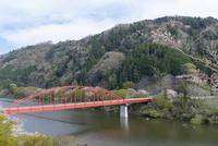 春の月ヶ瀬湖と月瀬橋 10737000388| 写真素材・ストックフォト・画像・イラスト素材|アマナイメージズ