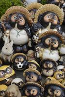 信楽陶器市の信楽焼たぬき(タテ写真) 10737000397| 写真素材・ストックフォト・画像・イラスト素材|アマナイメージズ