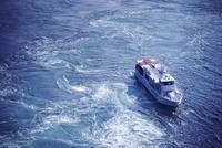 鳴門海峡の渦潮と観潮船