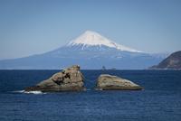西伊豆の雲見から望む富士山と牛着岩