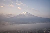 朝の富士山と雲海に隠れる富士吉田の町