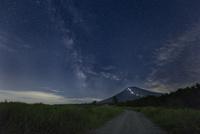 梨ケ原より望む富士山と天の川