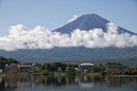 五合目付近に雲がかかった富士山と河口湖