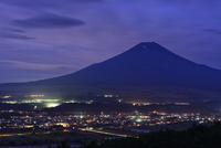 忍野村より望む夜明け前の富士山
