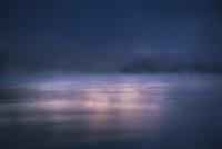 幻想的な夜明けの本栖湖