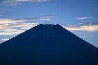 朝霧高原より望む薄っすらと雪化粧した富士山