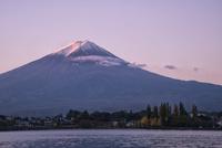 河口湖より望む冠雪した早朝の富士山