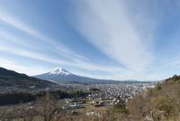 富士吉田市背戸山よりのぞむ町並みと富士山
