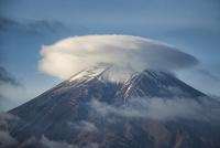 富士吉田市よりのぞむ笠雲をいただいた富士山