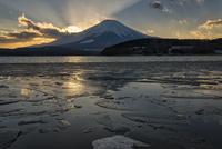 湖畔より望む冬の富士山と凍った山中湖
