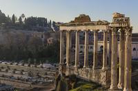 ローマのフォロ・ロマーノ西端に位置するサートゥルヌス神殿