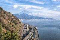 さった峠より望む富士山と東名自動車道と国道一号線と東海道本線
