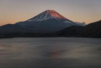本栖湖より望む夕方の紅富士