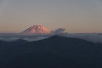 身延山山頂より望む天子山地越しの紅富士