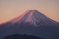 白谷丸よりのぞむ紅富士と三つ峠開運山