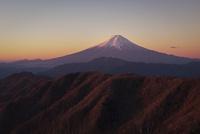 白谷丸より望む朝焼けの富士山と三つ峠と大蔵高丸およびハマイバ丸