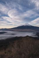 杓子山山頂より望む富士山と忍野村を覆う雲海